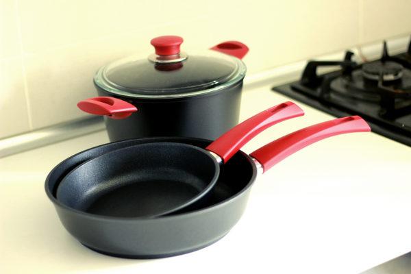 Сковорода высокая «ВИКТОРИЯ» АЛА200 с красной ручкой «Мечта»